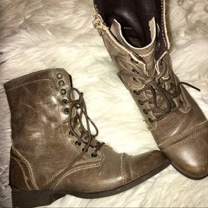STEVE MADDEN TROOPA BOOT (STONE)